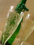 Vue en gros plan des verres de Champagne avec la bouteille sur le backgro d'or images libres de droits