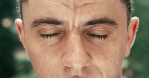 Vue en gros plan des yeux verts et bruns masculins avec la rougeur regardant l'appareil-photo longueur 4k banque de vidéos
