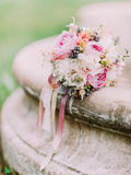 Vue en gros plan du bouquet de mariage des pivoines colorées s'étendant sur la fontaine Photographie stock libre de droits