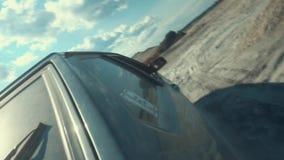 Vue en gros plan du côté de la voiture russe noire avec le nombre 13 sur une fenêtre arrière se déplaçant sur la surface arénacée banque de vidéos
