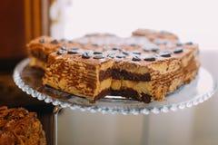 Vue en gros plan du gâteau délicieux placé sur le support de dessert de mariage Photographie stock libre de droits