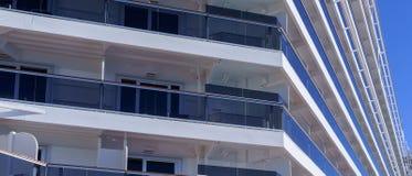Vue en gros plan latérale des cabines d'un bateau de croisière moderne photographie stock