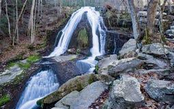 Vue en retard d'automne d'hurler la cascade courue photographie stock libre de droits