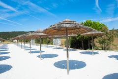 Vue ensoleillée de détente vide de plage images stock