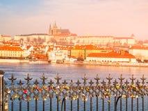 Vue ensoleillée de matin de château de Prague dans Hradcany, Prague, République Tchèque Cadenas accrochant sur les balustrades da Images stock