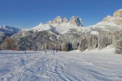 Vue ensoleillée de vallée de belvédère de Val di Fassa Ski Area, région de Trentin-Haut-Adige, Italie photographie stock libre de droits