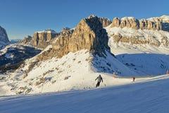 Vue ensoleillée de vallée de belvédère de Val di Fassa Ski Area, région de Trentin-Haut-Adige, Italie image stock