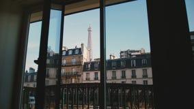 Vue ensoleillée paisible de matin de Tour Eiffel iconique à Paris par la fenêtre ouverte d'appartement, le voyage et le concept r clips vidéos
