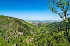 Vue ensoleillée spectaculaire d'Ilsenburg et d'Ilse-vallée, Allemand de Harz Photos libres de droits