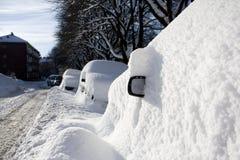 vue enterrée de neige de côté de miroir de véhicule image libre de droits