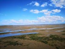 Vue est de plage de parc de plage avec le ciel bleu clair photo stock