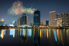 Vue et feux d'artifice de ville de nuit Images stock