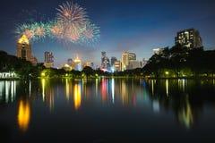 Vue et feux d'artifice de ville de nuit Photos libres de droits
