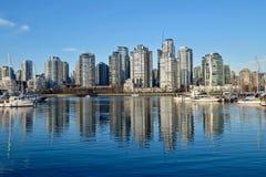 Vue et réflexion de ville dans l'eau calme Photo libre de droits