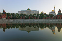 Vue et réflexion frontales de Moscou Kremlin en rivière Images stock