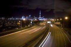 Vue et routes d'horizon de nuit d'Auckland photo stock