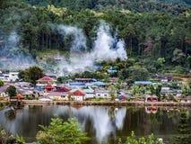 Vue et village de rivière au village thaïlandais de Ruk photo stock