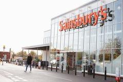 Vue extérieure de l'entrée du supermarché de Sainsbury photos stock