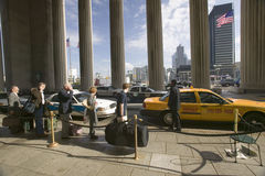 Vue extérieure de taxi jaune devant la 30ème station de rue, un s'inscrire national des endroits historiques, train Statio d'AMTR Images libres de droits