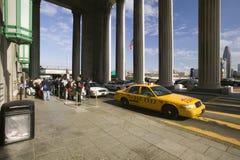 Vue extérieure de taxi jaune devant la 30ème station de rue, un s'inscrire national des endroits historiques, train Statio d'AMTR Photographie stock libre de droits