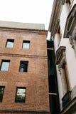 Vue extérieure de vieux palais et d'extension moderne d'architecture Photos stock