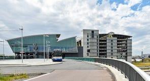 Vue extérieure du terminal et du garage de l'aéroport Leipzig/Halle en Allemagne photographie stock