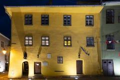 Vue extérieure par la nuit de la maison où Vlad Tepes est allégué né au XIVème siècle, dans Sighisoara photo libre de droits