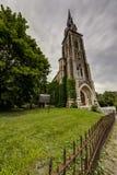 Vue extérieure sur la barrière de matin nuageux et de fer travaillé - église abandonnée - New York Images libres de droits