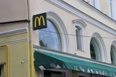 Vue externe de la façade de Mc Donald's Avec la marque et le logo images stock