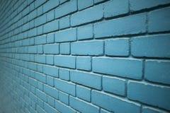 Vue faisante le coin d'un mur de briques bleu de modèle de couleur image libre de droits