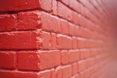 Vue faisante le coin d'un mur rouge de modèle photos stock