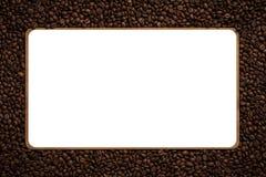 Vue faite à partir des grains de café rôtis au-dessus du fond blanc photos libres de droits
