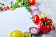 Vue faite de fruits et légumes sur le fond blanc, l'espace de copie, foyer sélectif, configuration plate, plan rapproché Illustration de Vecteur