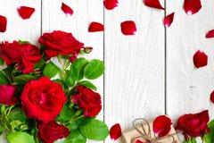 Vue faite en bouquet de roses rouges avec les pétales et le boîte-cadeau Image libre de droits
