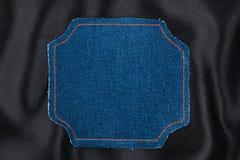 Vue faite en tissu de denim avec piquer jaune sur la soie noire Photographie stock