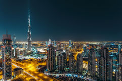 Vue fantastique de dessus de toit de l'architecture moderne de Dubaï par nuit Image stock