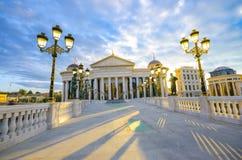 Vue fantastique de lever de soleil de musée archéologique macédonien à Skopje Images libres de droits