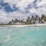 Vue fendue de belle plage sur l'île d'Upolu au Samoa avec la paume Images stock