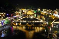 Vue Fenghuang, province de Hunan, Chine de nuit Photographie stock libre de droits