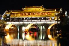 Vue Fenghuang, province de Hunan, Chine de nuit Image libre de droits