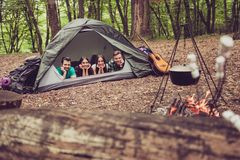 Vue focalisée de deux beaux couples se couchant dans la tente dans le C.A. Image stock