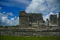 Vue frontale d'un des bâtiments au site maya antique dans Tulum, Quintana aussi, le Mexique Photographie stock