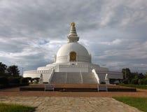 Vue frontale de la pagoda de paix du monde dans Lumbini Images libres de droits