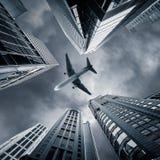 Vue futuriste abstraite de paysage urbain avec l'avion Hon Kong Photos stock