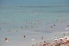Vue générale au-dessus des touristes prenant un bain de soleil ou se baignant sur la mer en plage d'EL Arenal en Majorque Images stock