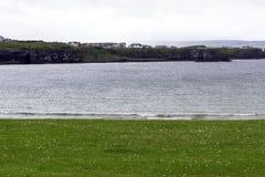 Vue générale chez Portrush de la plage occidentale de brin photos libres de droits