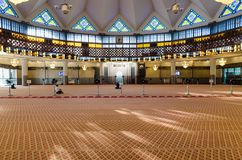 Vue générale de hall de prière dans la mosquée nationale Masjid Negara, Kuala Lumpur, Malaisie photographie stock libre de droits