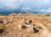 Vue générale des roches Sur certains vous pouvez trouver la pétroglyphe Photo stock