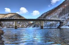 Vue gelée au-dessus de lac avec la passerelle Photos stock