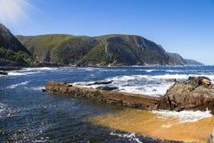 Vue gentille aux montagnes et à la côte du parc national de Tsitsikamma image libre de droits